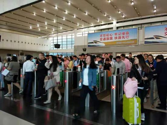 国庆假期结束,义乌站迎来返程高峰。 斯多林 摄