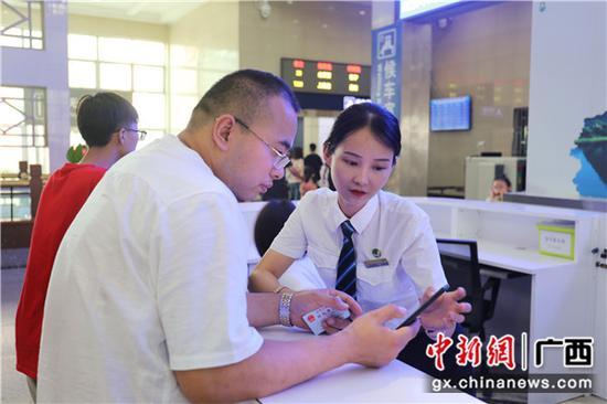 桂林火车站工作人员耐心解答旅客问讯。常国思 摄
