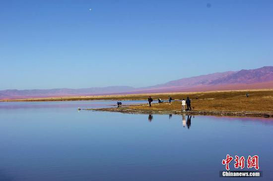 新疆东天山神奇幻彩湖秋景斑斓多姿