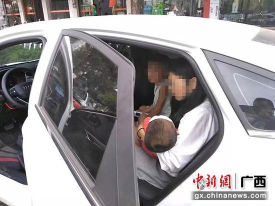 图为交警支队六大队送发烧儿童就医。