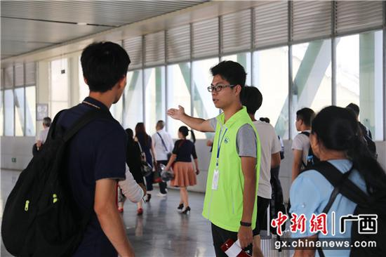桂林火车站青年志愿者在天桥维护客流秩序。常国思 摄
