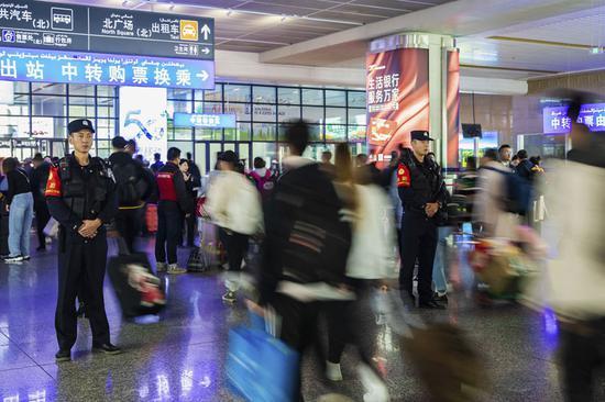 新疆铁警全力确保节后返乘旅客安全