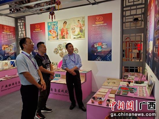 红线女艺术中心党支部书记练行村(右一)在与谢中国等交流
