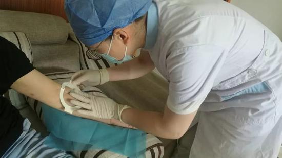 护士上门为骨折患者进行PICC维护。  供图
