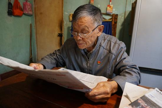 王东才老人在看报 费莉君 摄