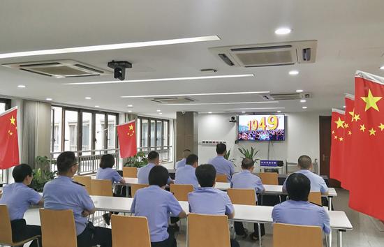 浙江省公安厅高速交警总队杭州支队组织备勤人员收看国庆阅兵直播。警方 供图
