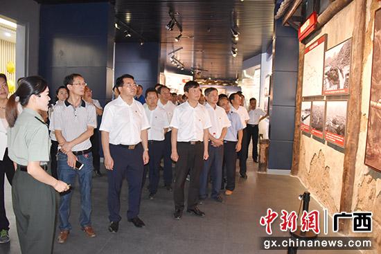 图为参观红军长征湘江战役纪念馆。
