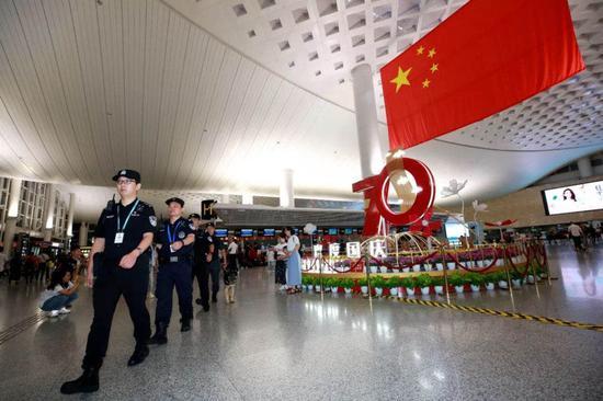 杭州萧山机场,机场公安民警正在执勤。警方 供图