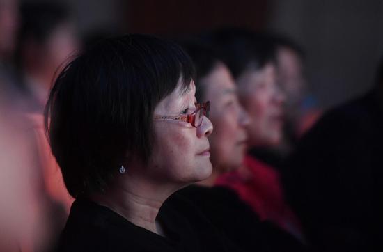 观众聚精会神观看演出。 王刚 摄