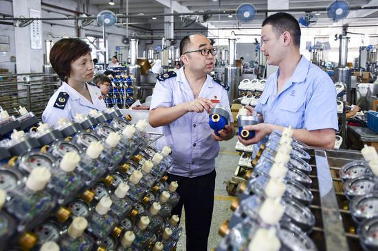 图为税务人员服务企业。  江北税务局供图