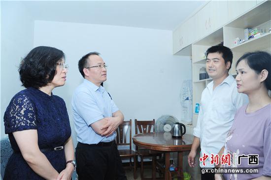 住房城乡建设部保障司副司长刘霞(左一)到潘福恩住的公租房调研考察