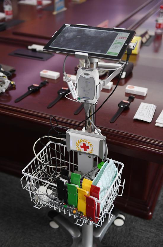 图为:亚星集团好络维医疗技术有限公司研发的TE-9000Y十二导联网络心电图机。  王刚 摄
