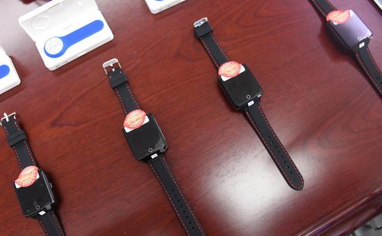 图为:亚星集团好络维医疗技术有限公司研发的TE-5200Y-A腕带式心电记录仪。  王刚 摄