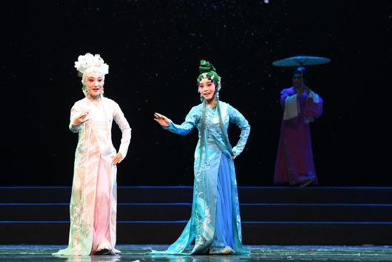图为:演员们在表演《白蛇传·断桥会》。   王刚 摄