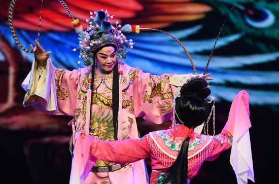 图为:演员们在表演《吕布与貂蝉·小宴》。  王刚 摄