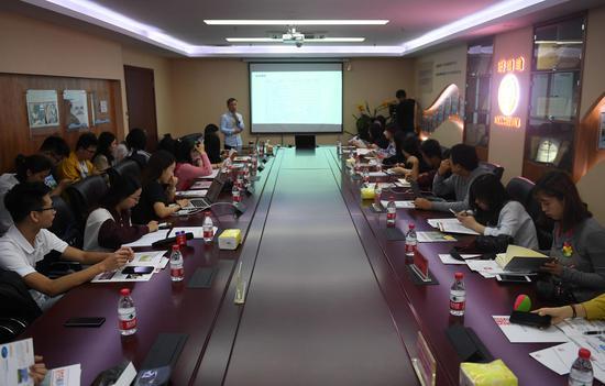 图为:众多媒体记者在亚星集团好络维医疗技术有限公司采访。  王刚 摄