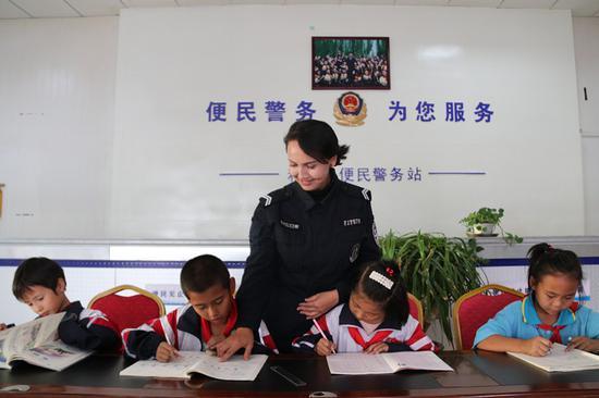 民警拜海提古力·艾山正在耐心的為學生輔導作業。
