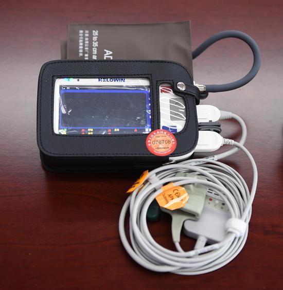 图为:亚星集团好络维医疗技术有限公司展出的智能医疗设备。  王刚 摄