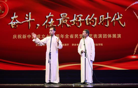 图为:两位相声演员同台献艺。王刚摄