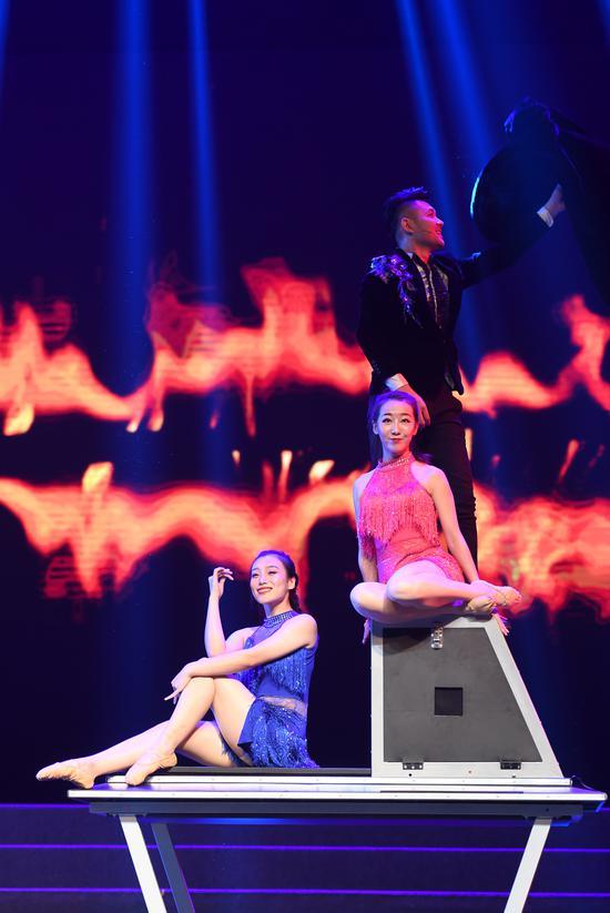 图为:精彩的魔术表演现场。王刚摄