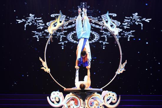 图为:两位杂技演员在表演杂技《祥云》。王刚摄