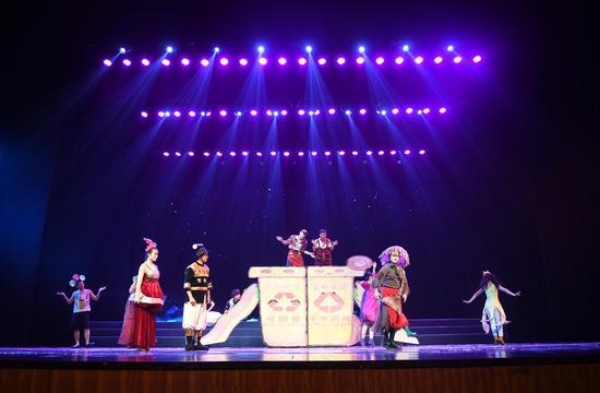图为:众多演员在表演《美丽乡村总动员》。王刚摄