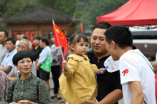 图为:到现场观看比赛的当地民众。  实习生 王伟臣 摄