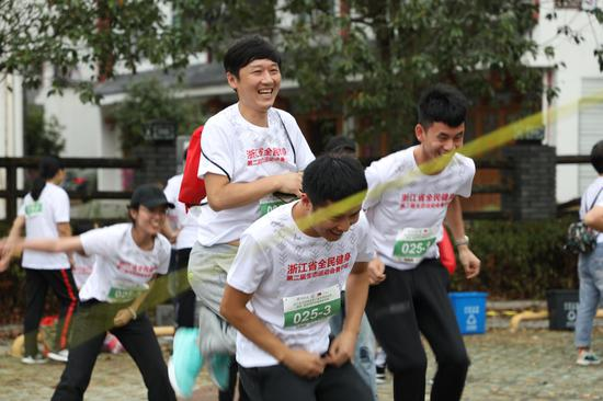 """图为:选手参加""""绳彩飞扬""""跳绳比赛前进行热身。  实习生 王伟臣 摄"""