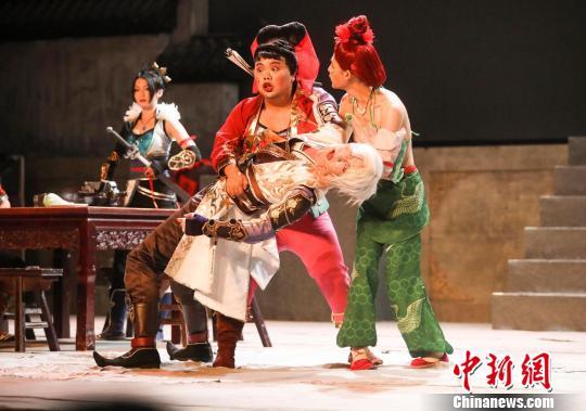 《画江湖之不良人-夺梦篇》爆笑舞台剧成为游客饭后的消遣佳处。 唐娟 摄
