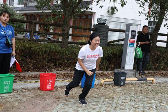 """图为:选手参加""""最多跑一次""""比赛项目。   实习生 王伟臣 摄"""