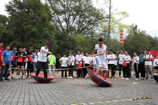 图为:选手参加摇锅比赛。  实习生 王伟臣 摄