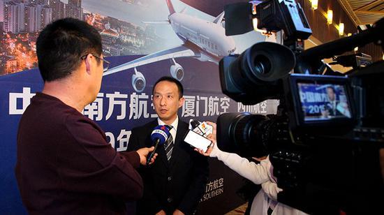 南航市場銷售部副經理王勇說,新航季全南航涉及新疆市場通航點將達71個。 王麗娜 攝