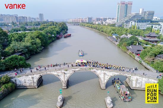 拱宸桥横跨京杭大运河,万科城市乐跑赛在桥上有序的进行。 万科供图