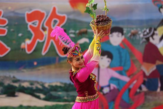 """新疆且末县举办红枣节 """"有机产品""""引八方游客"""