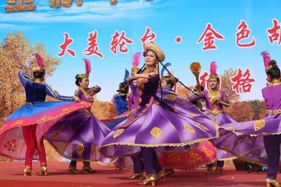 舞蹈《胡楊里的歡樂》表演。