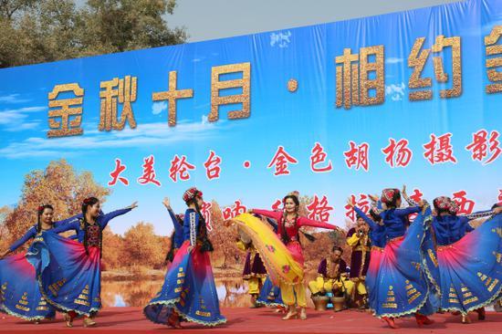 舞蹈表演《美麗的新疆》 。