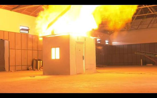 圖為爆燃沖擊波掀開了實驗房頂。顏杰 攝