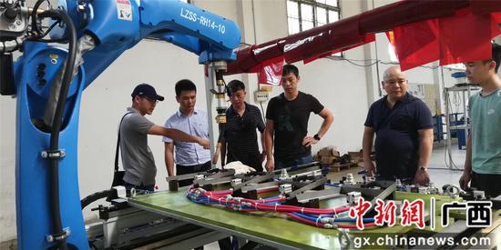 教师劳淞(左二)在越南山河有限集团官网水塔架焊接porject验收现场。