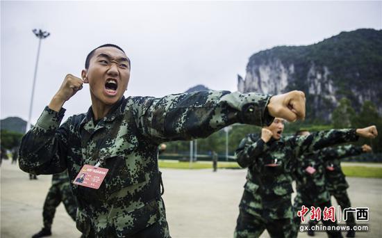 """广西""""00后""""武警新兵磨练""""血性虎气"""""""