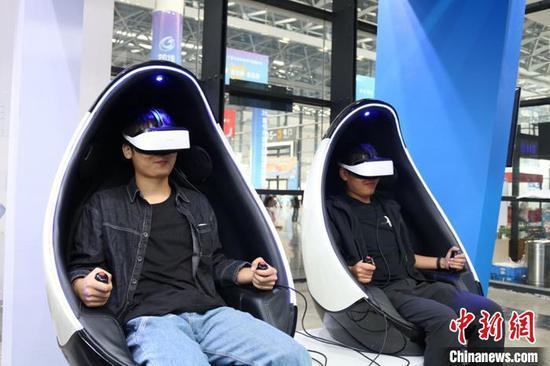 观众体验高新技术产品。陈秋霞 摄