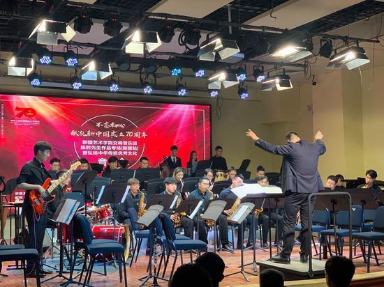 58赚钱网:新疆举办陈黔作品专场音乐会 西洋乐器奏响中国风
