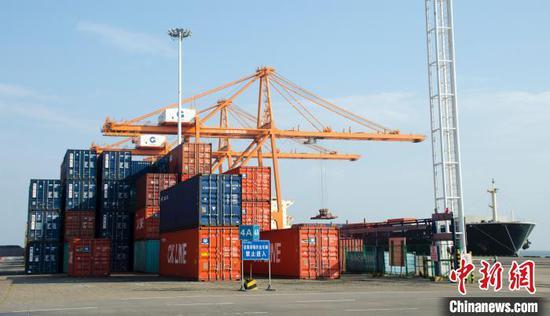 圖為繁忙的廣西北部灣港。翟李強 攝