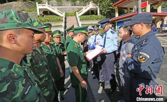 图为中国警方29日上午在广西凭祥友谊关零公里处,将越南籍毒贩黄明通移交越南警方。刘康 摄