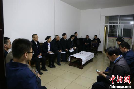 图为救援指挥部召开紧急会议 林浩 摄