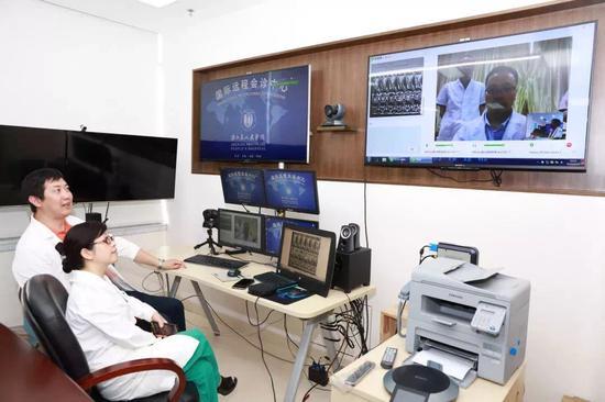 浙江省人民医院国际远程会诊中心。  浙江省人民医院供图