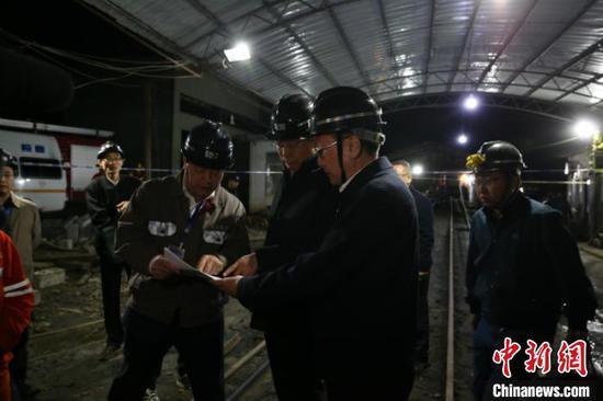 图为广西壮族自治区副主席费志荣等参加救援 林浩 摄