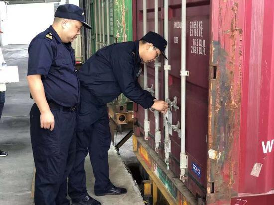 工作人员检查集装箱。 鹿城宣传部供图