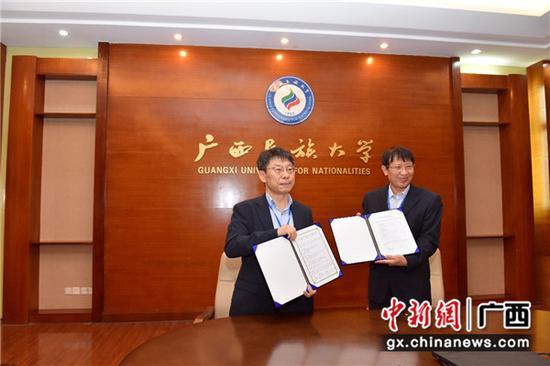 图为沙巴体育投注侨乡文化研究中心与韩国国立全南大学全球diaspora研究所签订合作的协议