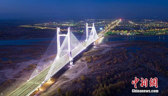 新疆首座雙塔混凝土斜拉索大橋可克達拉大橋通車