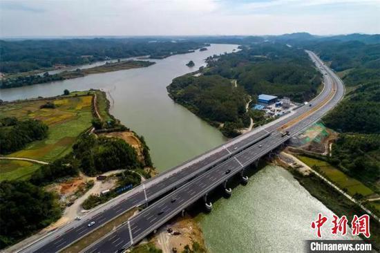 改扩建后的西江大桥横跨西江。钟欣 摄